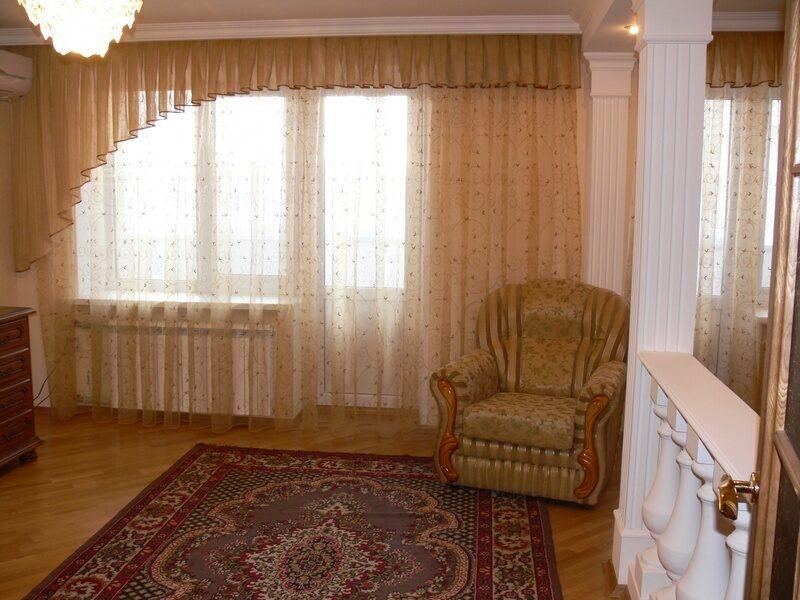 Оформление гостиной лёгкими шторами